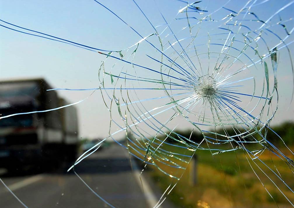 Повреждение лобового стекла замена или ремонт